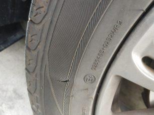 前车胎龟裂了